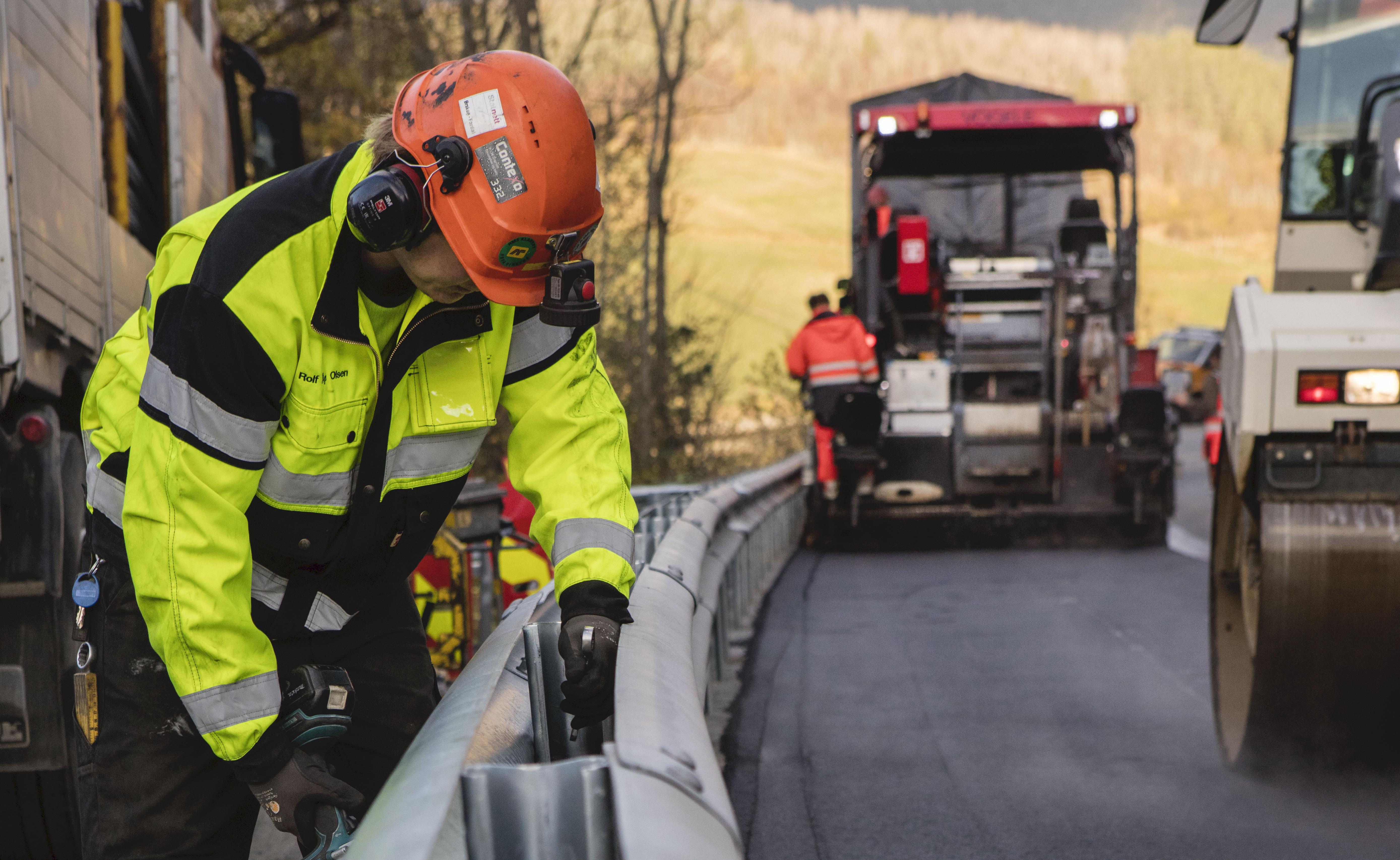 Ønsker kompetansekrav for montering av rekkverk på veien